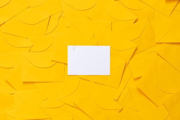 Enveloppes jaunes dispersées sur une table, avec un espace pour le texte sur un papier blanc, en surbrillance, vue de dessus.
