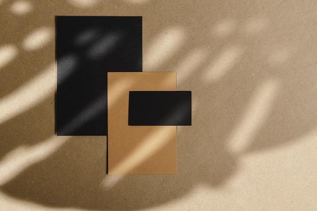 Enveloppes sur panneau de liège avec ombre à feuilles