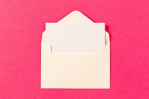 Enveloppes en papier sur une couleur rose