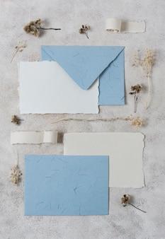 Enveloppes et plantes vue de dessus