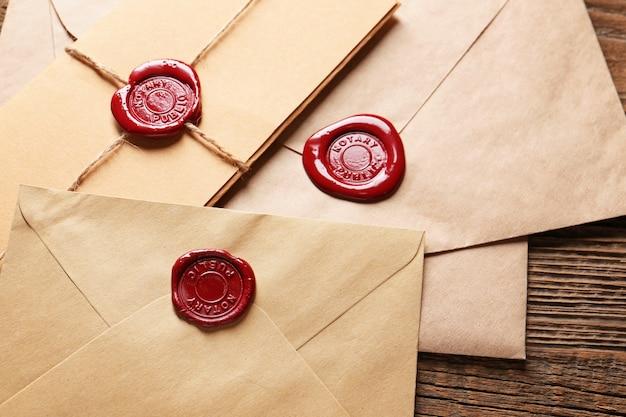 Enveloppes avec sceaux de cire notaire sur table, gros plan