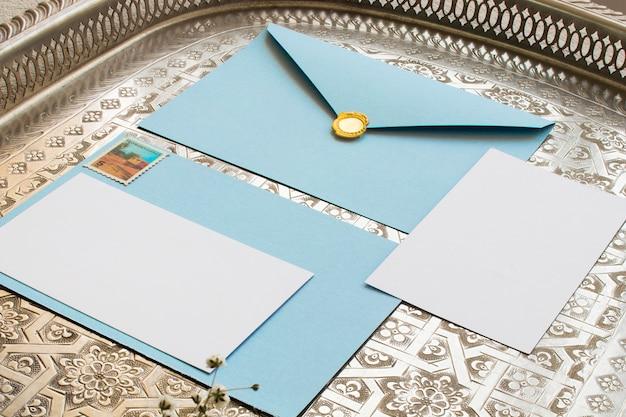 Enveloppes vintage avec timbre en or