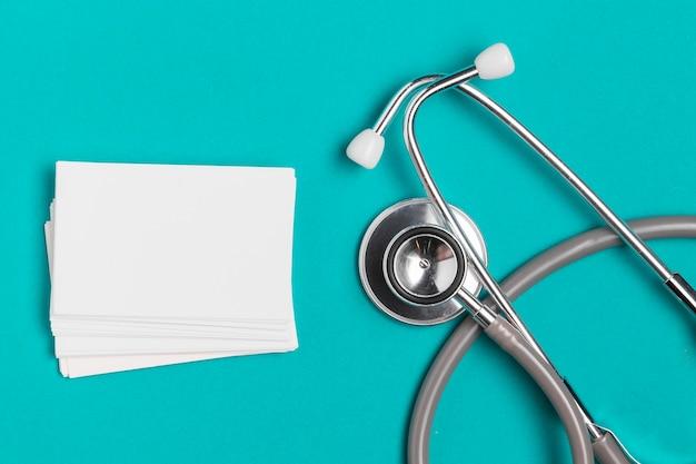 Enveloppes vue de dessus avec stéthoscope médical