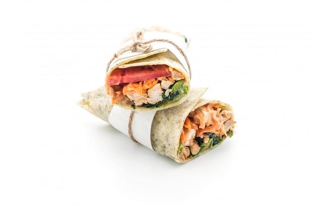 Enveloppez le rouleau de salade avec du poulet et des épinards