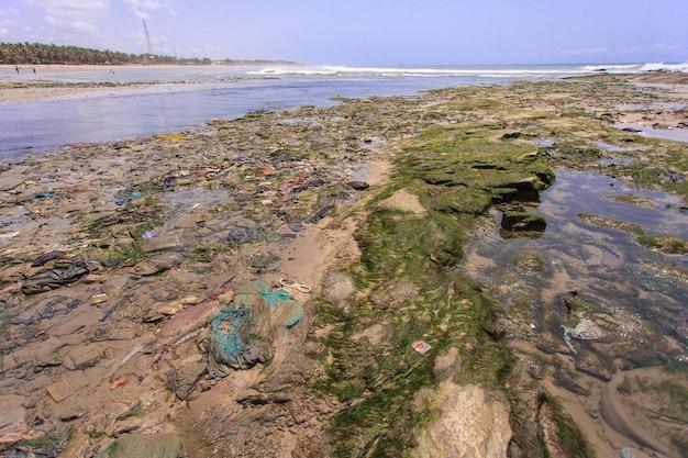 Environnement dans la plage de teshie, village de pêcheurs au ghana