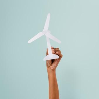 Environnement d'énergie renouvelable de main d'éolienne