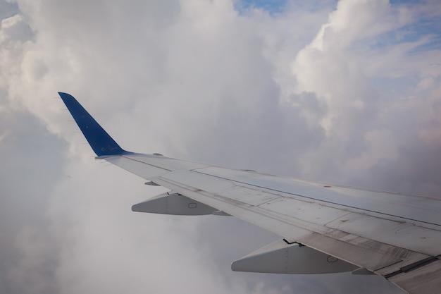 L'environnement de panorama de ciel d'aile d'avion nuages la terre scénique de temps