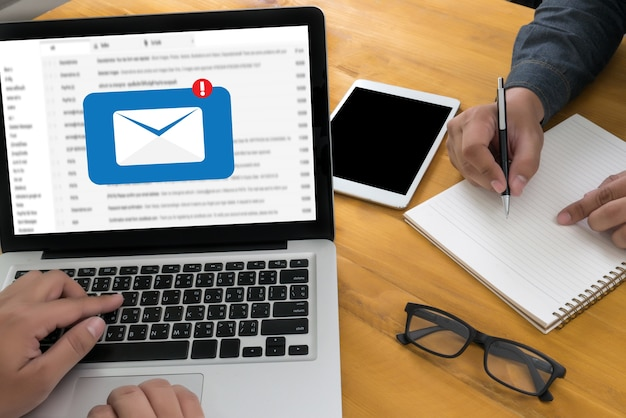 Envoyer un message de connexion de communication aux contacts de diffusion par téléphone global letters concept
