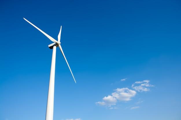 Éolienne aérogénérateur dans le ciel bleu