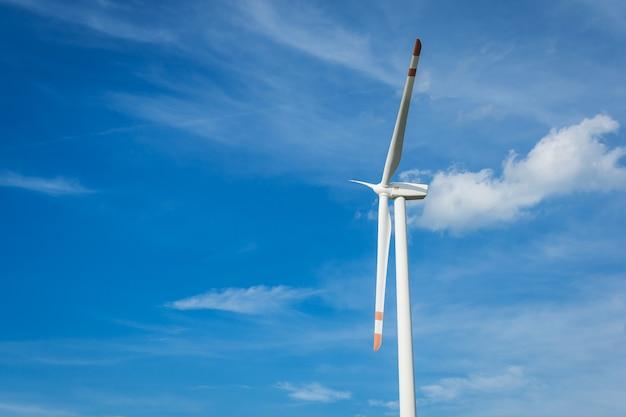 Éolienne sur fond de ciel bleu