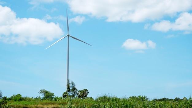Éolienne pour l'énergie alternative ciel bleu et fond de nuages. générateurs d'énergie alternative. l'énergie éolienne. écologie et science de l'innovation énergétique.