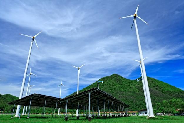 Éoliennes et ciel bleu