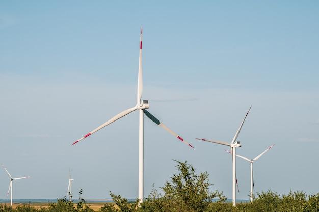 Les éoliennes dans un paysage aride une alternative pour produire de l'électricité