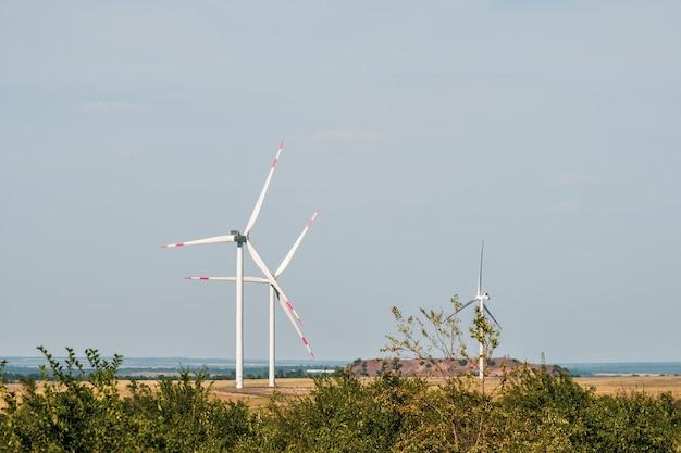 Les éoliennes dans un paysage aride une alternative à la production d'électricité