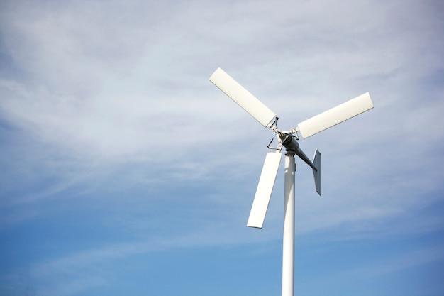 Éoliennes ou éoliennes avec des nuages blancs ciel bleu
