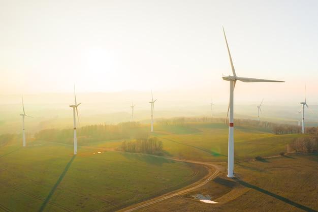 Éoliennes ou ferme d'éoliennes sur le terrain au soleil