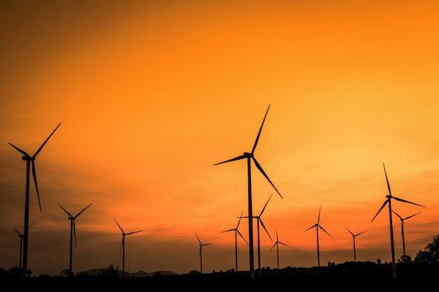 Éoliennes générateurs au coucher du soleil. beau paysage de montagne avec des turbines éoliennes à huai bong, dan khun thot, en thaïlande. concept d'énergie renouvelable.