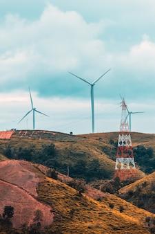 Éoliennes le matin ensoleillé