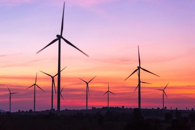 Éoliennes produisant de l'énergie au coucher du soleil