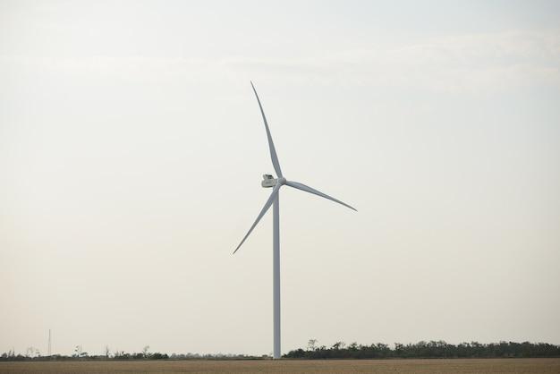 Éoliennes sur le terrain. moulins à vent