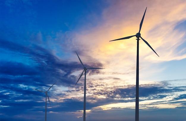 Éoliennes, turbines, sihouettes, coucher soleil