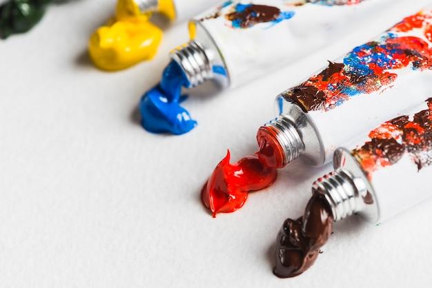 Épaisse peinture près des tubes