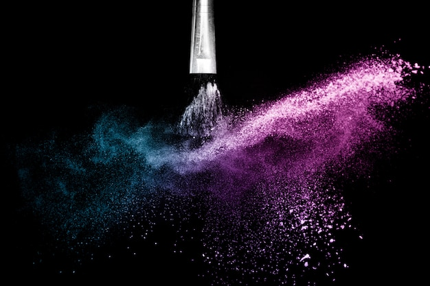 Épandage de poudre cosmétique océan violet et bleu