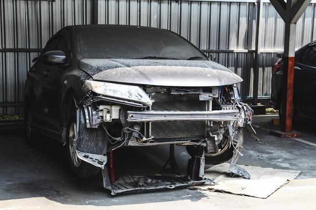 Épave de voiture dans le parking avec gros crash endommagé et cassé. concept d'accident de voiture et de sécurité.