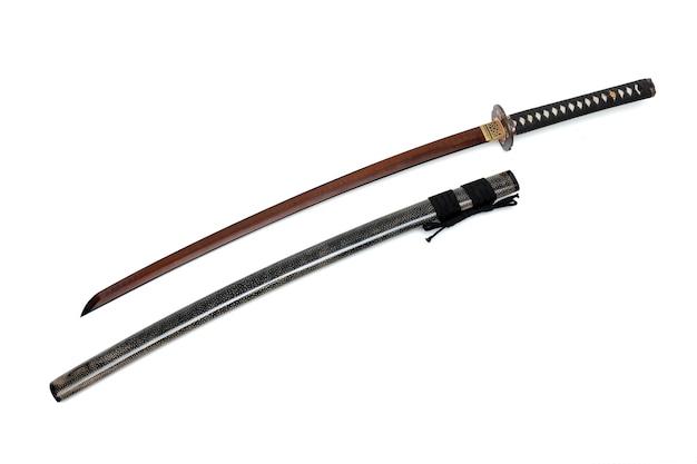 Épée japonaise avec lame rouge, cordon noir avec fourreau enveloppée d'une peau brillante en rayons