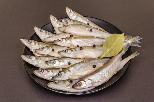 Éperlan ou sardine de poisson cru frais prêt pour la cuisson