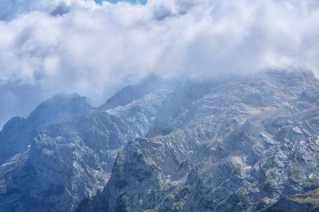 Éperons et gorges majestueux des montagnes rocheuses parmi les nuages