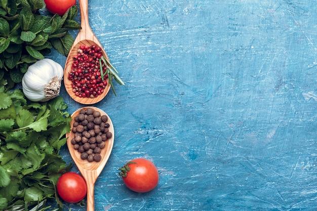 Épice à la cuillère en bois sur la vue de dessus en bois bleue