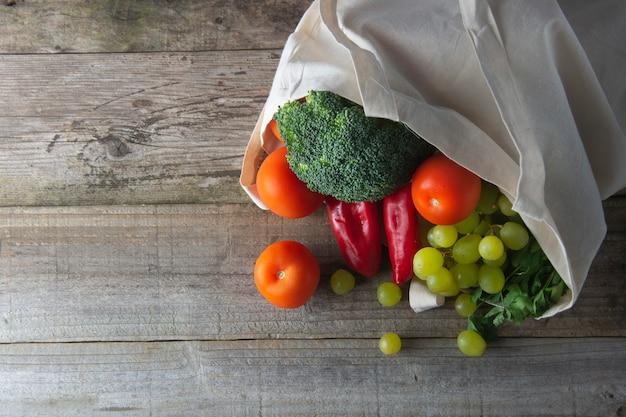 Épicerie dans un sac écologique avec des fruits et des légumes. fourre-tout zéro magasinage alimentaire.