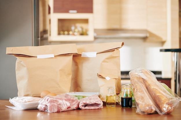 Épicerie emballée sur table de cuisine