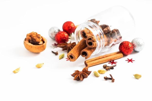 Epicerie de noël, épices de noël, anis étoilé, girofles et gousses de cardamome