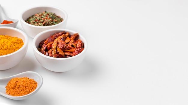 Épices à angle élevé dans un arrangement de bols