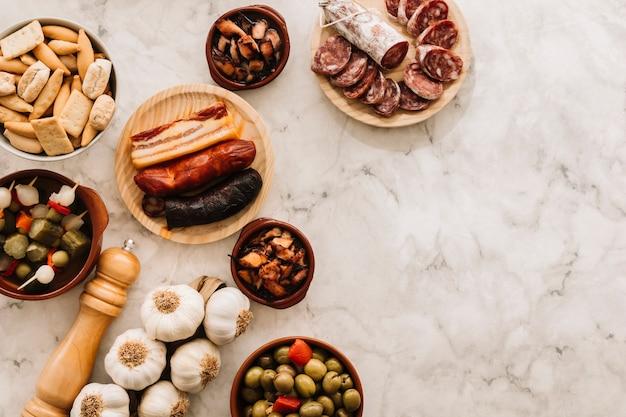 Épices et assortiment de nourriture sur table en marbre