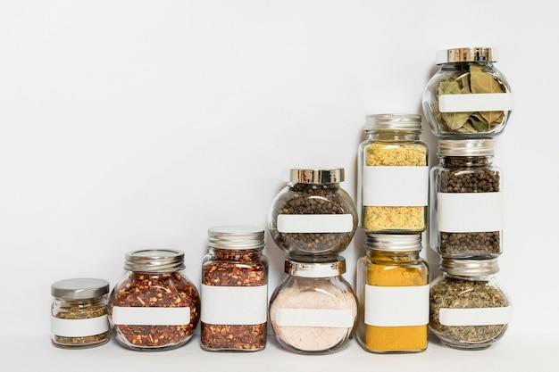 Épices en bocaux avec espace copie