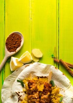 Epices et citron près de lavash et kebab au poulet