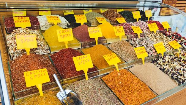 Épices colorées sur le marché égyptien (bazar aux épices) à istanbul
