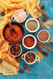 Épices et condiments colorés secs
