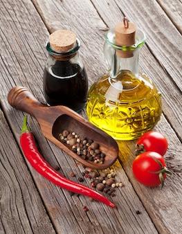 Épices et condiments sur table en bois