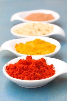 Épices de cucrma, poivron rouge, gingembre et muscade