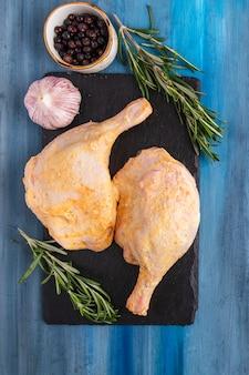 Épices de cuisse de poulet marinées. vue de dessus. fermer