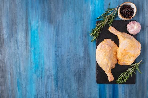 Épices de cuisse de poulet marinées. vue de dessus.