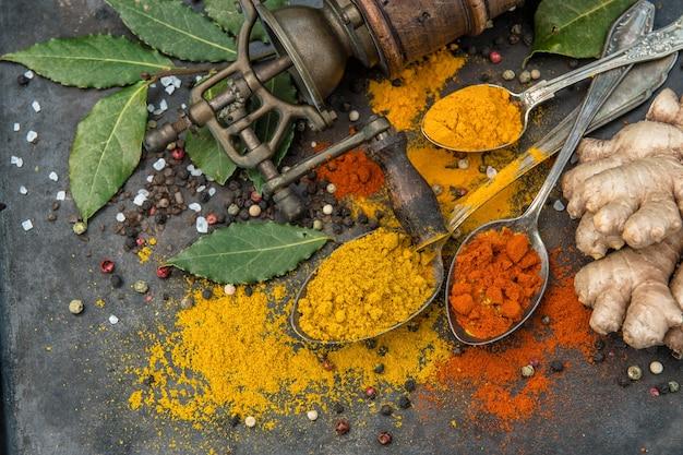 Épices curry, curcuma, gingembre, laurier, poudre de paprika. fond de nourriture