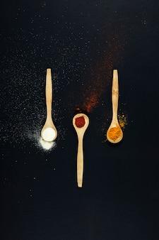 Épices exotiques à trois cuillères