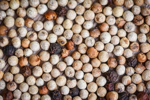 Épices herbes et épices poivre mélanger poivre noir rouge et blanc ou graine de poivre