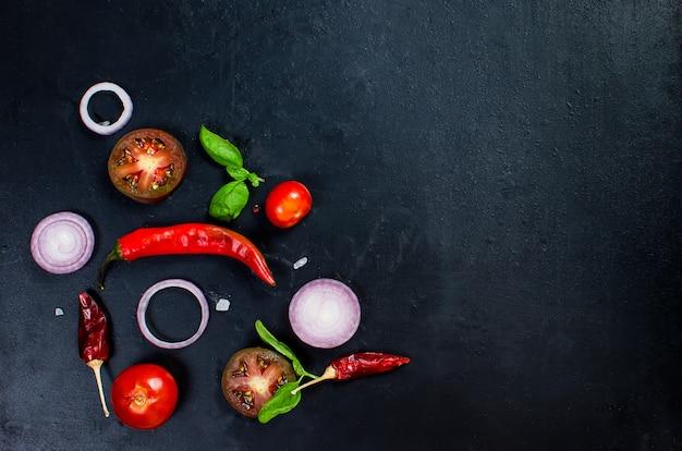 Épices et herbes pour la cuisson du dîner - tomates en dés, oignons, sel, poivre, ail.