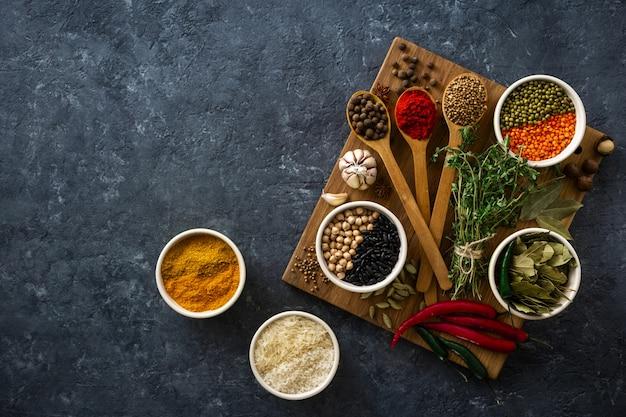 Épices, herbes, riz et divers haricots et assaisonnements